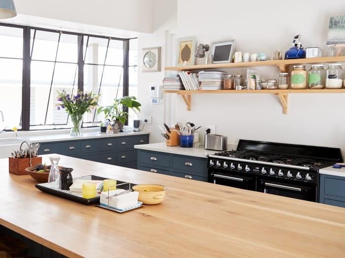 Hệ thống bếp mở mất nhiều thời gian để giữ quầy kệ được gọn gàng, sạch bụi